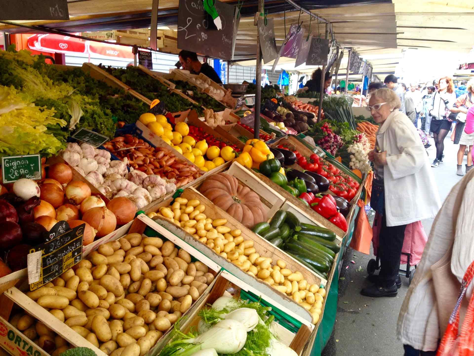 Walking tour outdoor market Paris